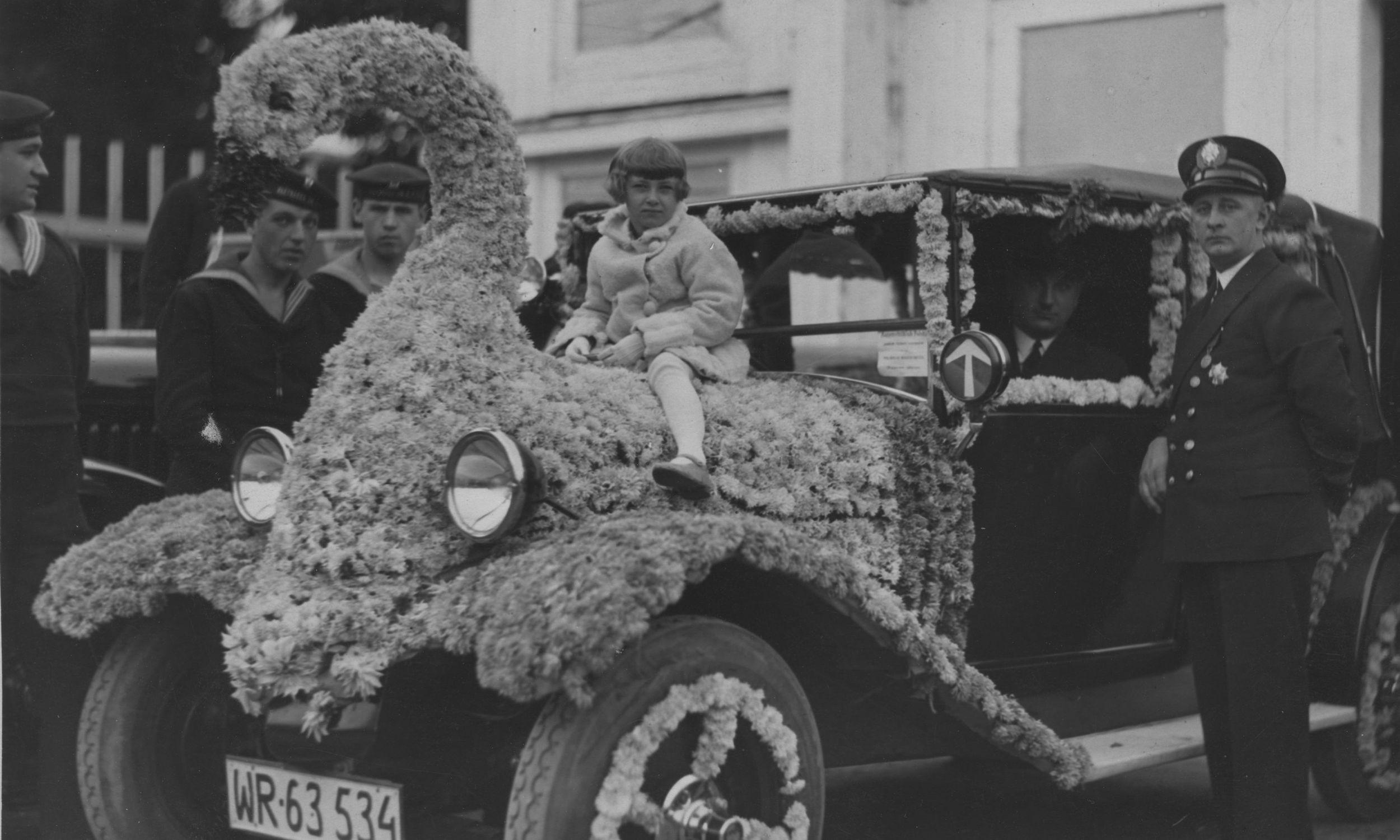 Samochód osobowy, bogato dekorowany kwiatami, jako jeden z eksponatów kwiatowego corso, zorganizowanego przez Polski Biały Krzyż w Warszawie. Zdjęcie wykonane w latach 1929 – 1937. Fot. NAC/IKCm sygn. 1-W-2130