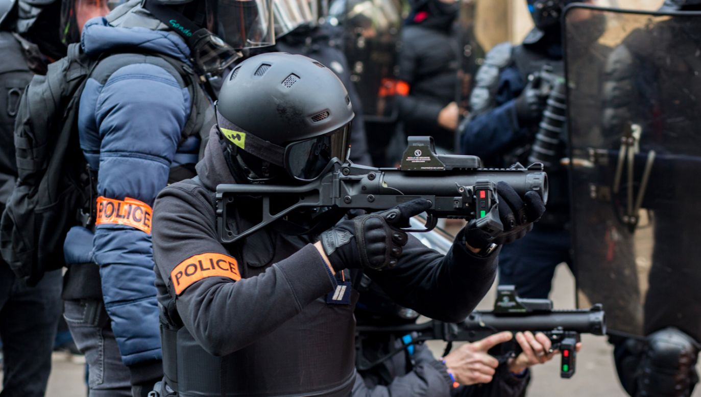 "Funkcjonariusze paryskiej policji w trakcie starć z protestującymi w ramach protestu ""żółtych kamizelek"" 11 stcznia br. (fot. Emeric Fohlen/NurPhoto via Getty Images)"