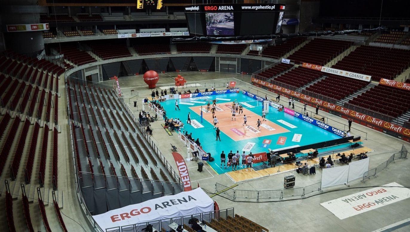 Puste trybuny hali Ergo Arena podczas meczu Ekstraklasy siatkarzy: Trefl Gdańsk - PGE Skra Bełchatów, 14 bm (fot. PAP/Adam Warżawa)