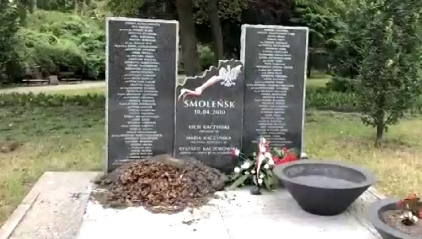 Niezidentyfikowani sprawcy z premedytacją wywrócili jedną z kamiennych donic (fot. TVP 3 Szczecin)