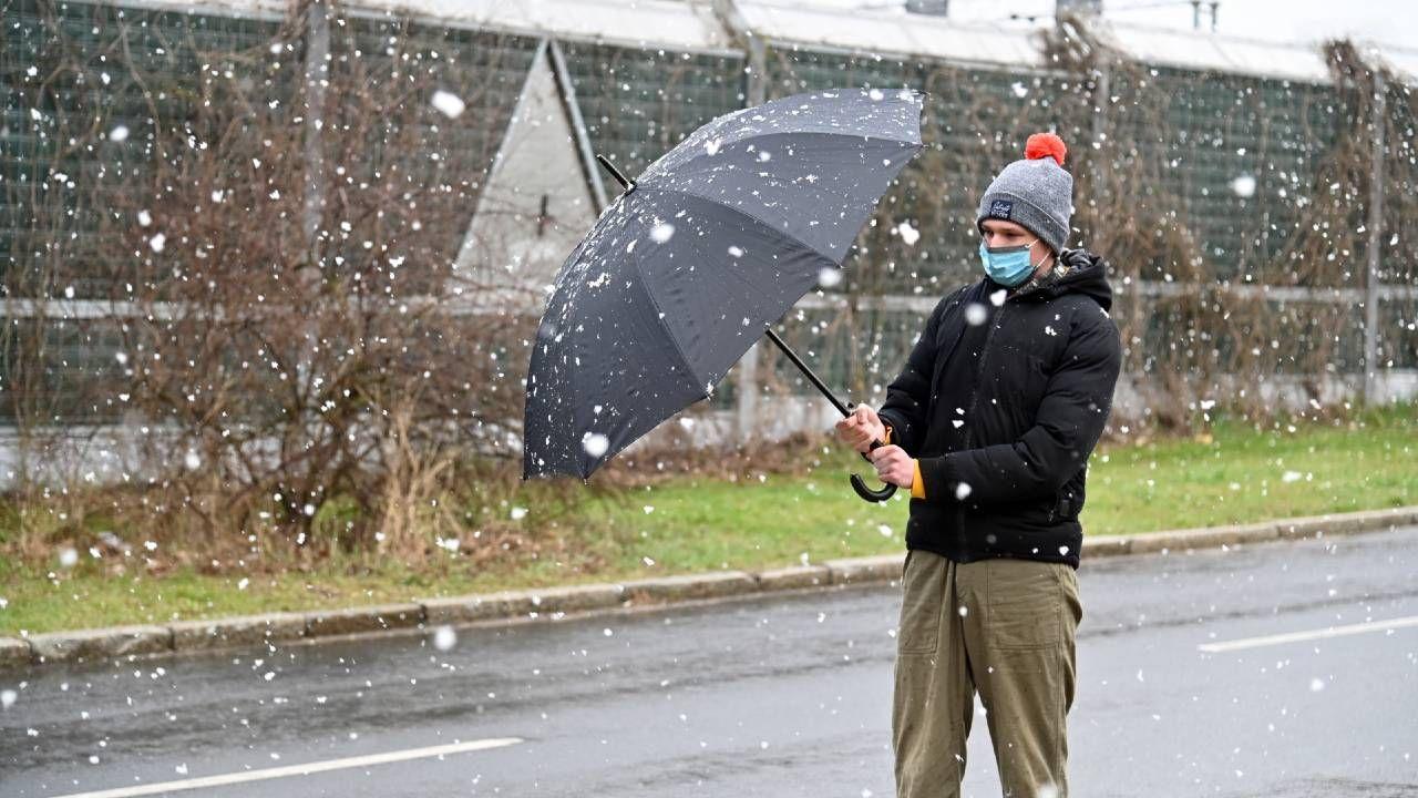 Na cieplejszą pogodę jeszcze poczekamy (fot. PAP/Marcin Bielecki)