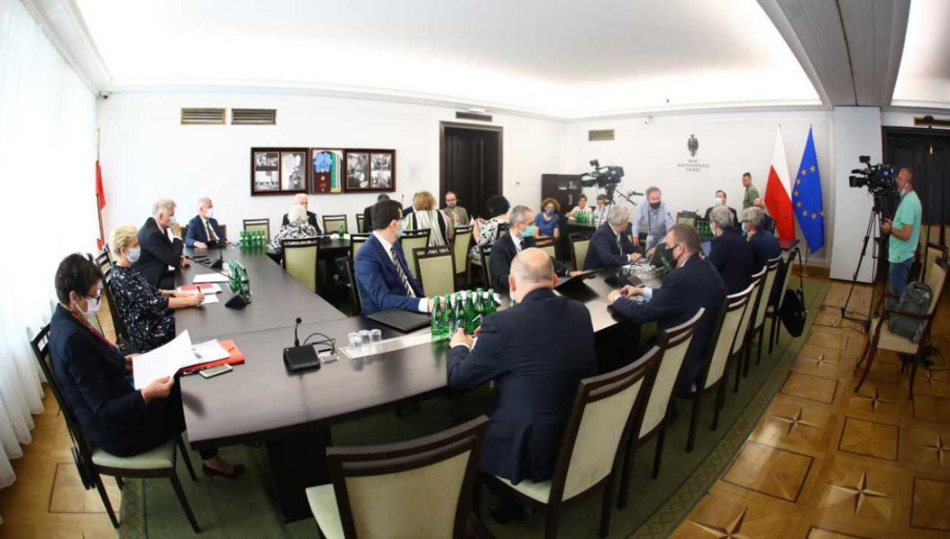 Obrady senackiej komisji zdrowia (fot. Twitter/@PolskiSenat)