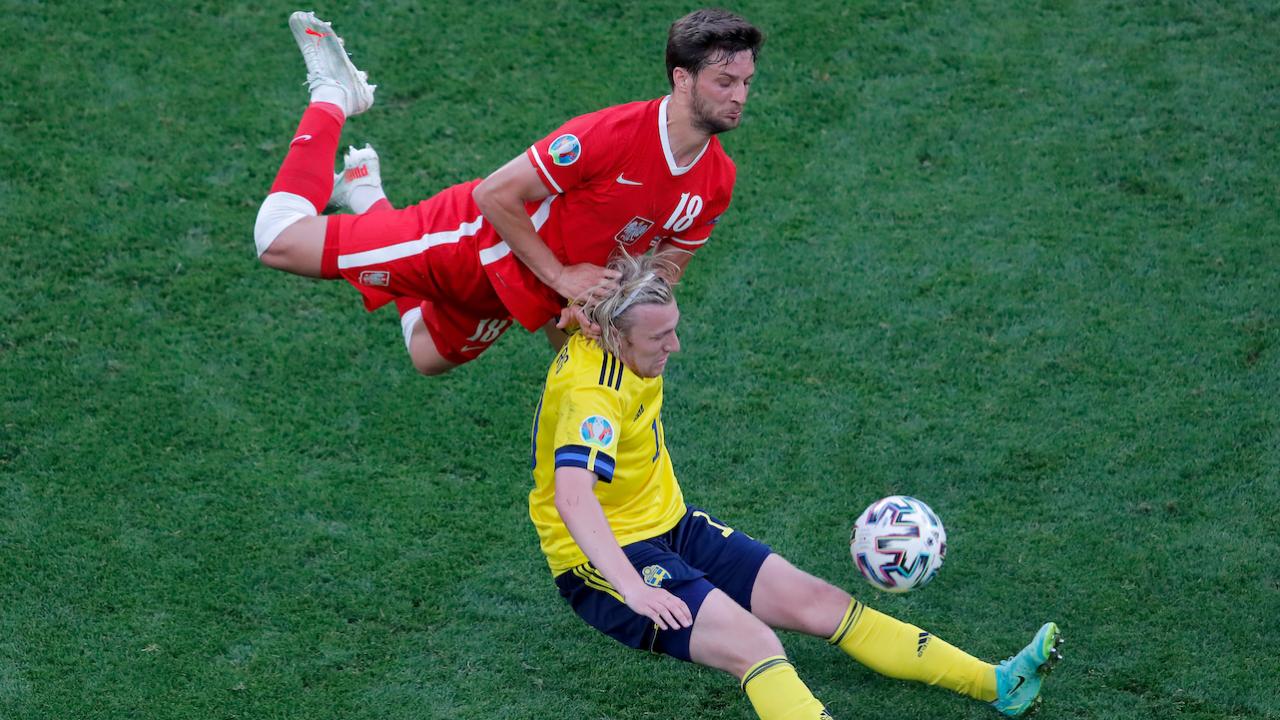 Podczas Euro 2020 sędziowie pozwalają na twardą grę na pograniczu faulu (fot. Getty)