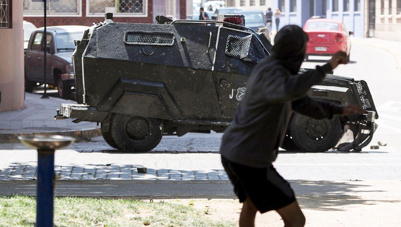 Demonstracje zaczęły się po tym, jak władze Santiago ogłosiły podwyżkę cen biletów (fot. PAP/EPA/Alberto Valdes)