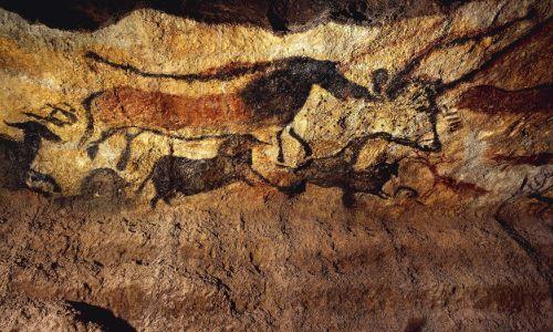 Malunki zwierząt na ścianie jaskini Lascaux (wpisanej w 1979 roku na Listę Światowego Dziedzictwa UNESCO) we Francji.  Wykonano je w paleolicie, 17 000 – 15 000 lat przed naszą erą. Fot. DeAgostini/Getty Images