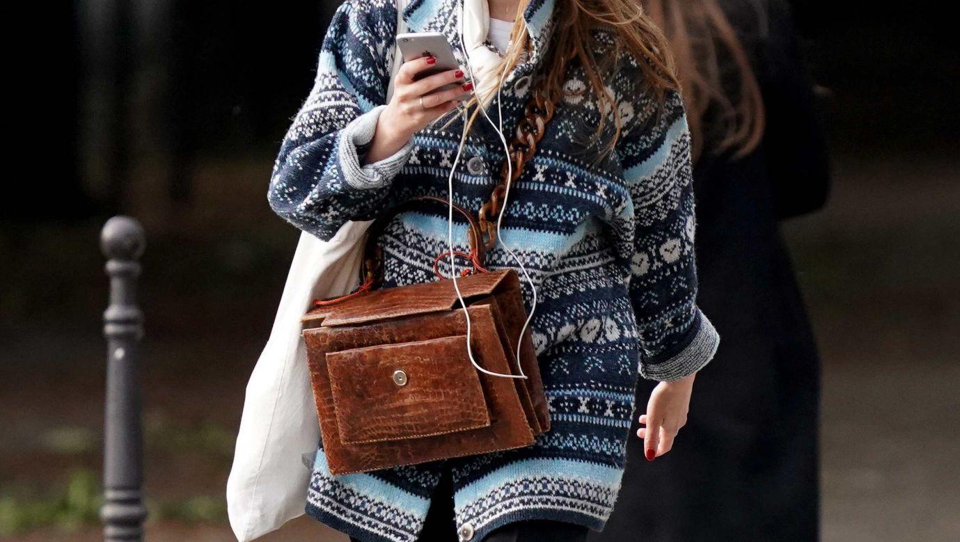 Wełniany sweter w geometryczne wzory dobrze się prezentuje na paryskiej ulica w maju 2020 roku. Fot. Edward Berthelot/Getty Images