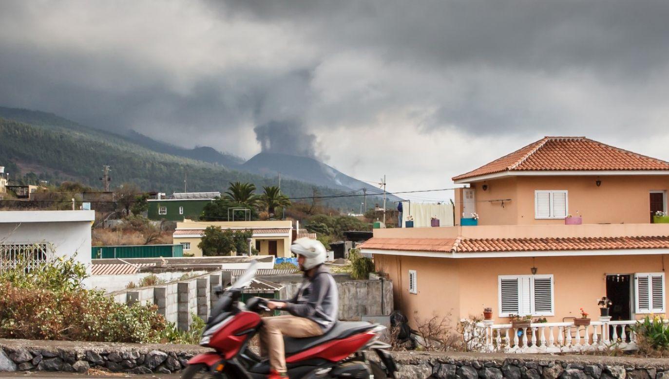 Na skutek erupcji wulkanu na hiszpańskiej wyspie La Palma w niebo wzbił się toksyczny pył (fot. Mauricio del Pozo/Europa Press via Getty Images)