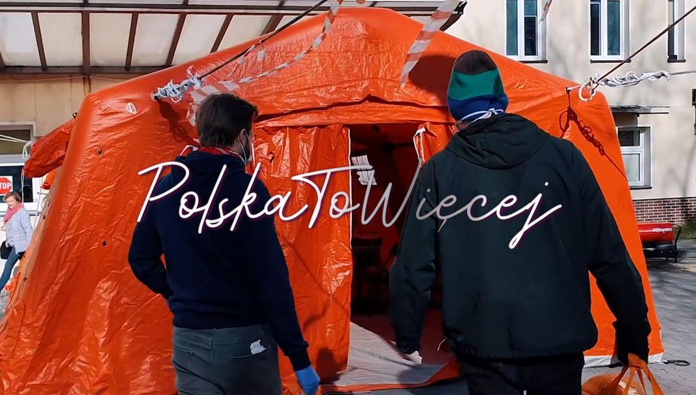 Wolontariusze podczas dostarczania posiłków do szpitala (fot. DoRoboty)