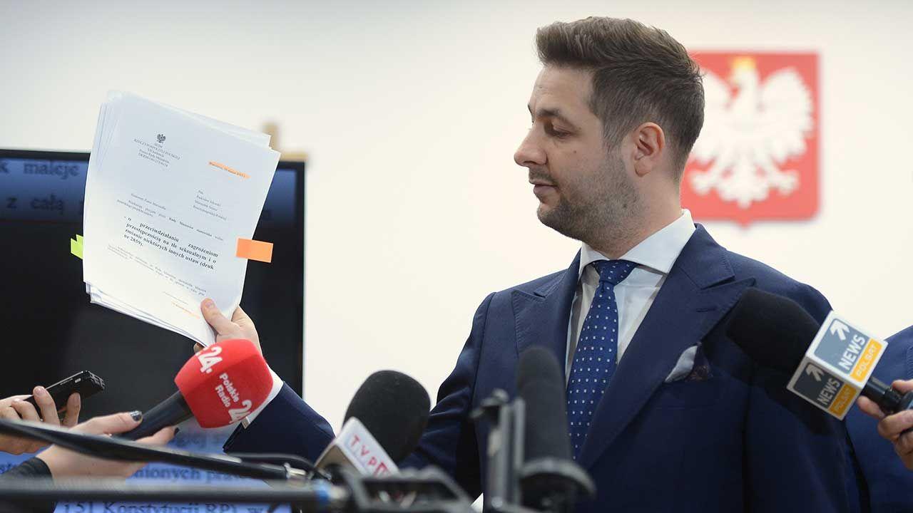 Wiceminister Patryk Jaki podczas konferencji prasowej w Ministerstwie Sprawiedliwości w Warszawie nt. walki z pedofilią (fot. PAP/Marcin Obara)