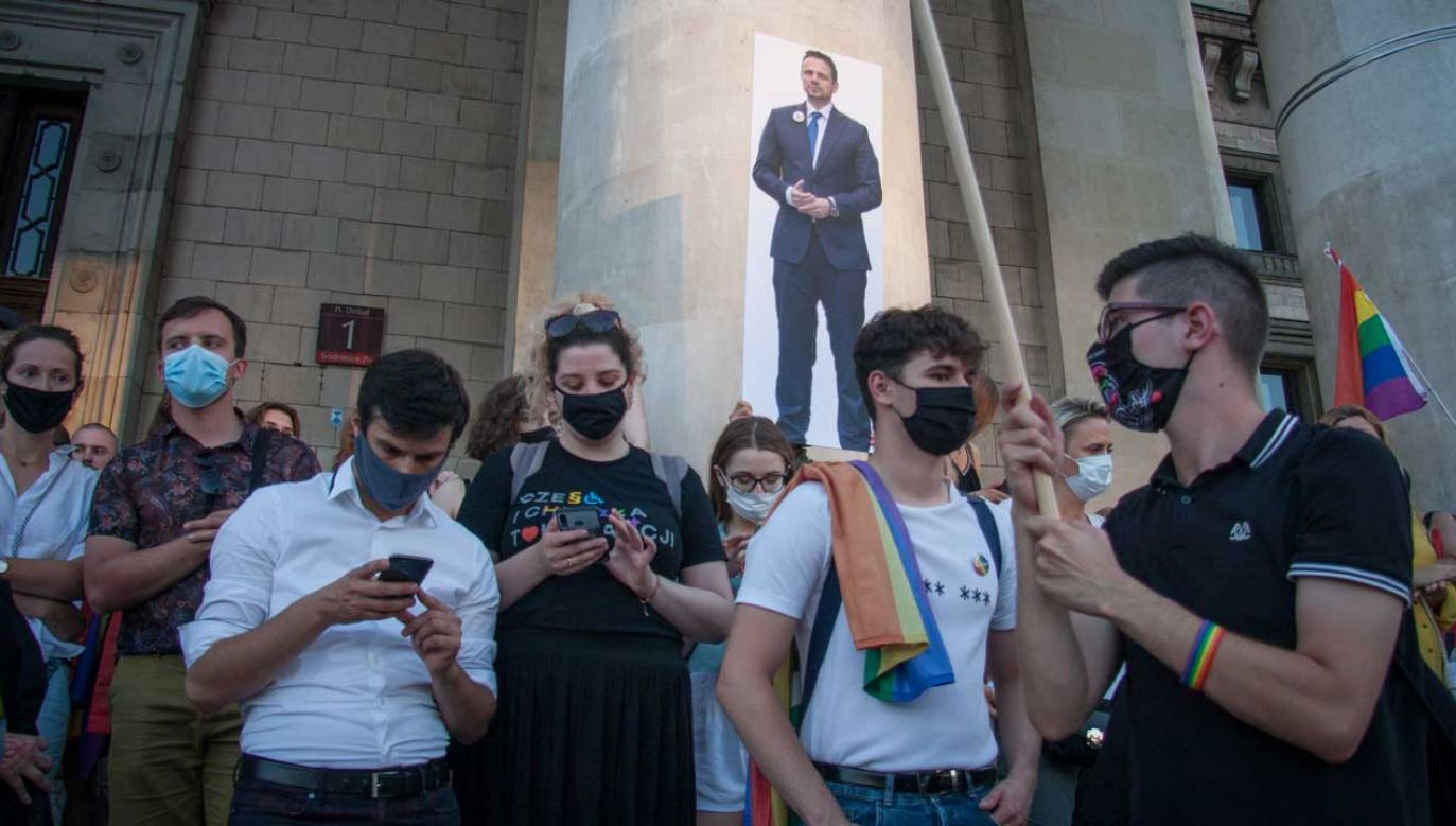 Na wiec przed PKiN uczestnicy przynieśli wizerunek Rafała Trzaskowskiego (fot. Julia Zabrodzka / Forum)
