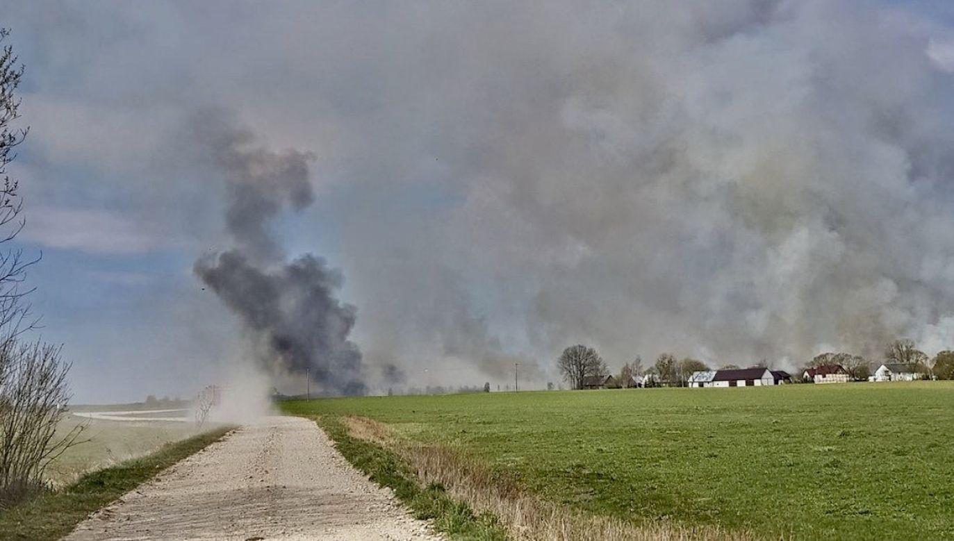 Ogień nie jest jeszcze opanowany (fot. dzięki uprzejmości Remiza.pl)
