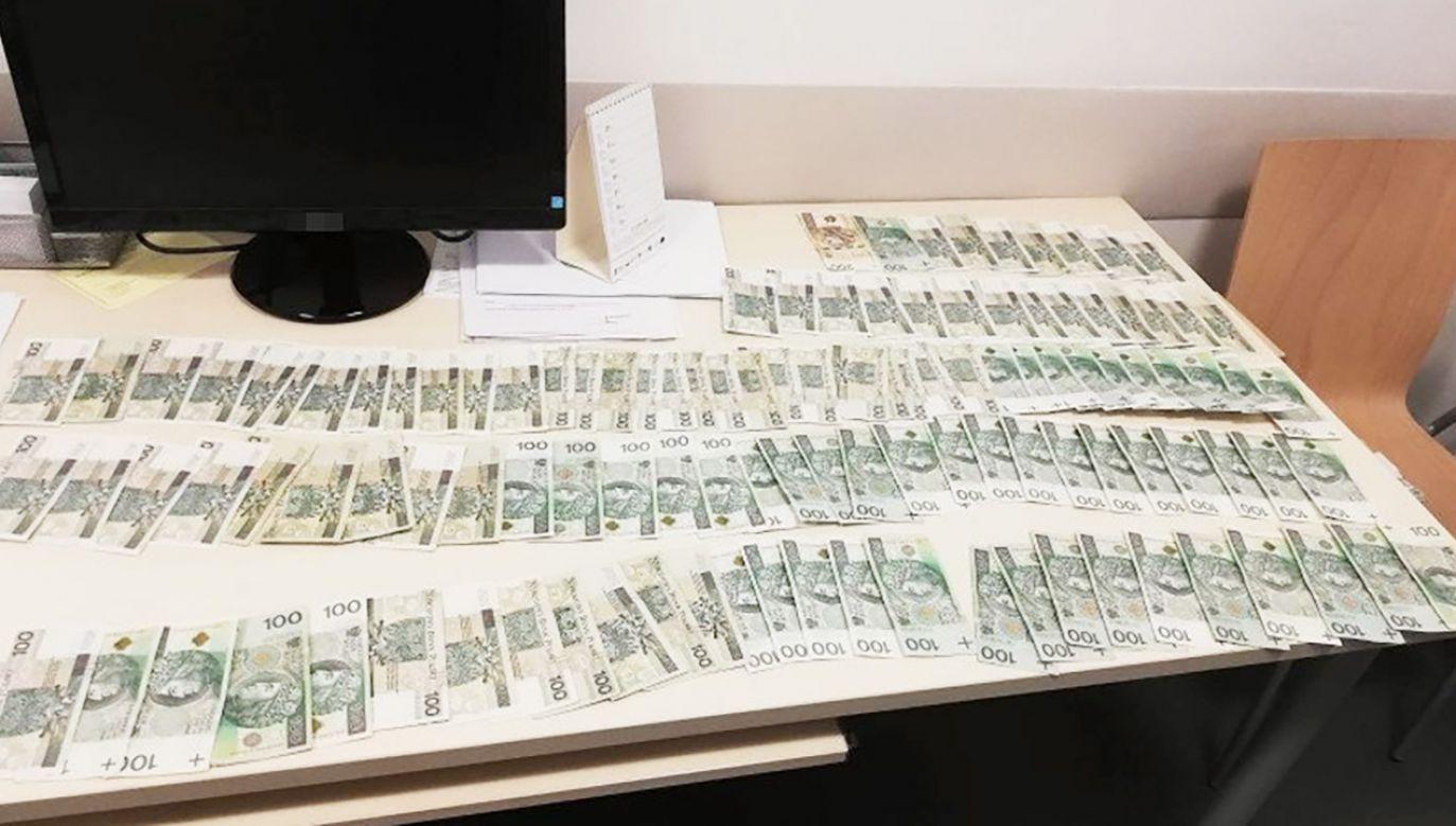 W torbie było dokładnie 19 200 złotych (fot. KPP w Pińczowie)