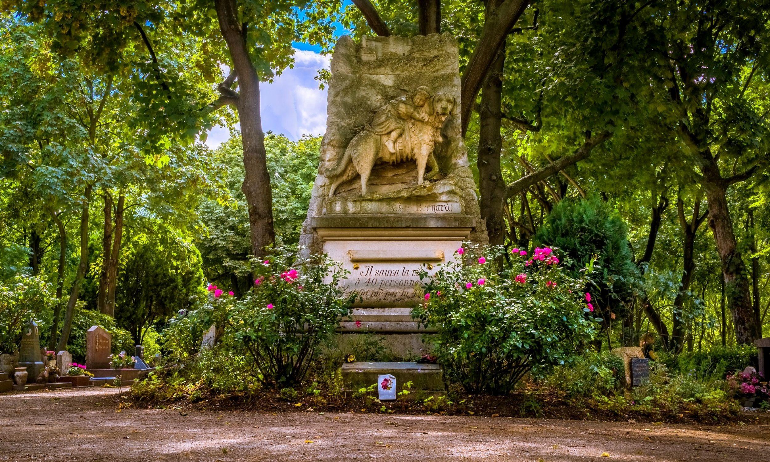 """Grób psa Barry'ego na Cimetière des Chiens na wyspie na Sekwanie  między miejscowościami Asnières a Clichy, niedaleko Paryża. Pomnik przedstawia go z trzymającym się jego obroży dzieckiem na grzbiecie, a napis głosi: """"Barry z Wielkiej Przełęczy Świętego Bernarda. Uratował czterdziestu ludziom życie. Zabił go czterdziesty pierwszy"""". Fot. Tommie Hansen - Cimetière des Chiens, Paris (France), dodane przez paris 17, CC BY 2.0, https://commons.wikimedia.org/w/index.php?curid=30423490"""