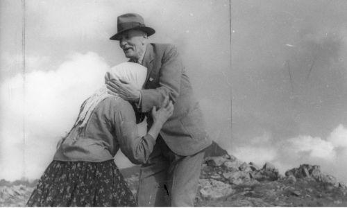Prezydent RP Ignacy Mościcki wita się z napotkaną góralką na Kasprowym Wierchu. Lipiec 1936 r. Fot. NAC/IKC, Schabenbeck Henryk, sygn. 1-A-1688-4