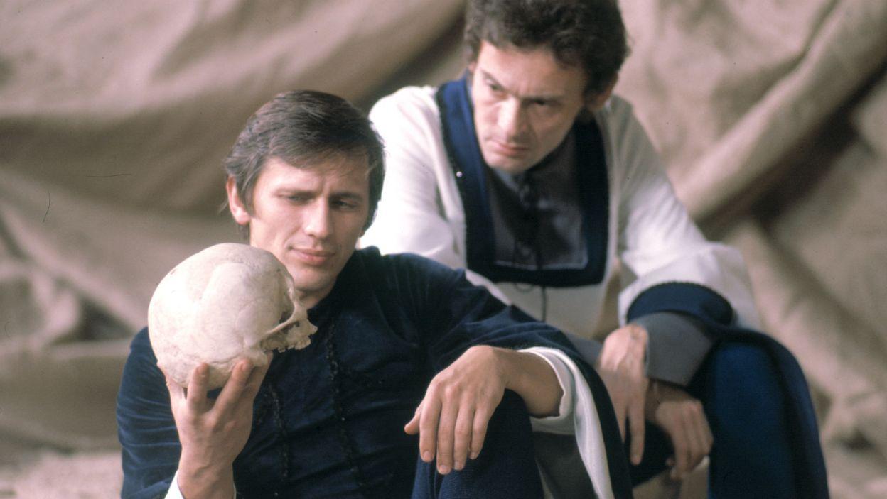 """W 1974 roku przyszła """"rola marzeń"""" każdego aktora – Szekspirowskiego Hamleta w przedstawieniu wyreżyserowanym przez Gustawa Holoubka (fot. TVP)"""