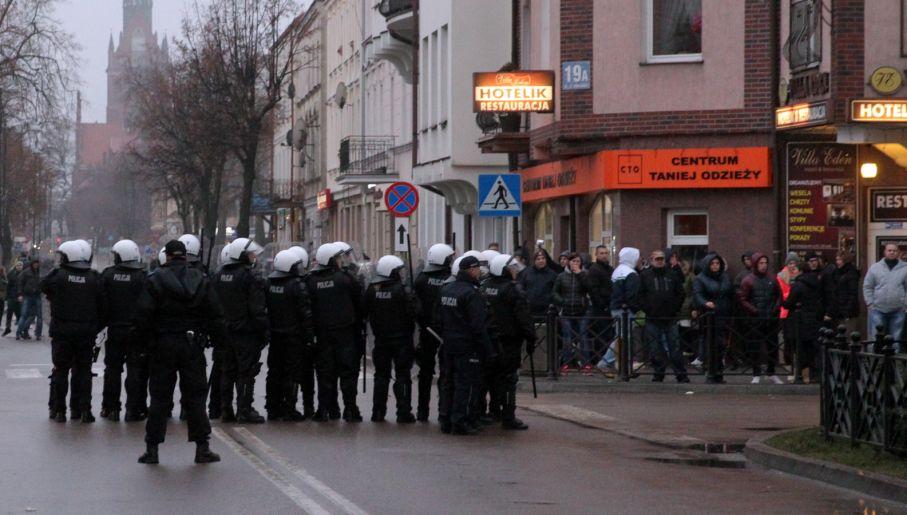 Policja zatrzymała cztery osoby podejrzane o udział w napaści (fot. PAP/Tomasz Waszczuk)
