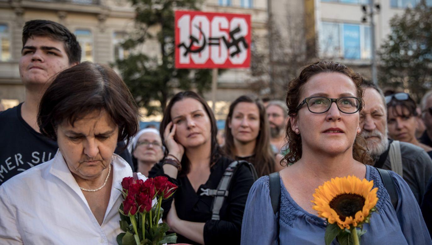 """Marsz protestu odbył się na apel pozarządowej organizacji """"Milion chwil dla demokracji"""" (fot. PAP/EPA/MARTIN DIVISEK)"""