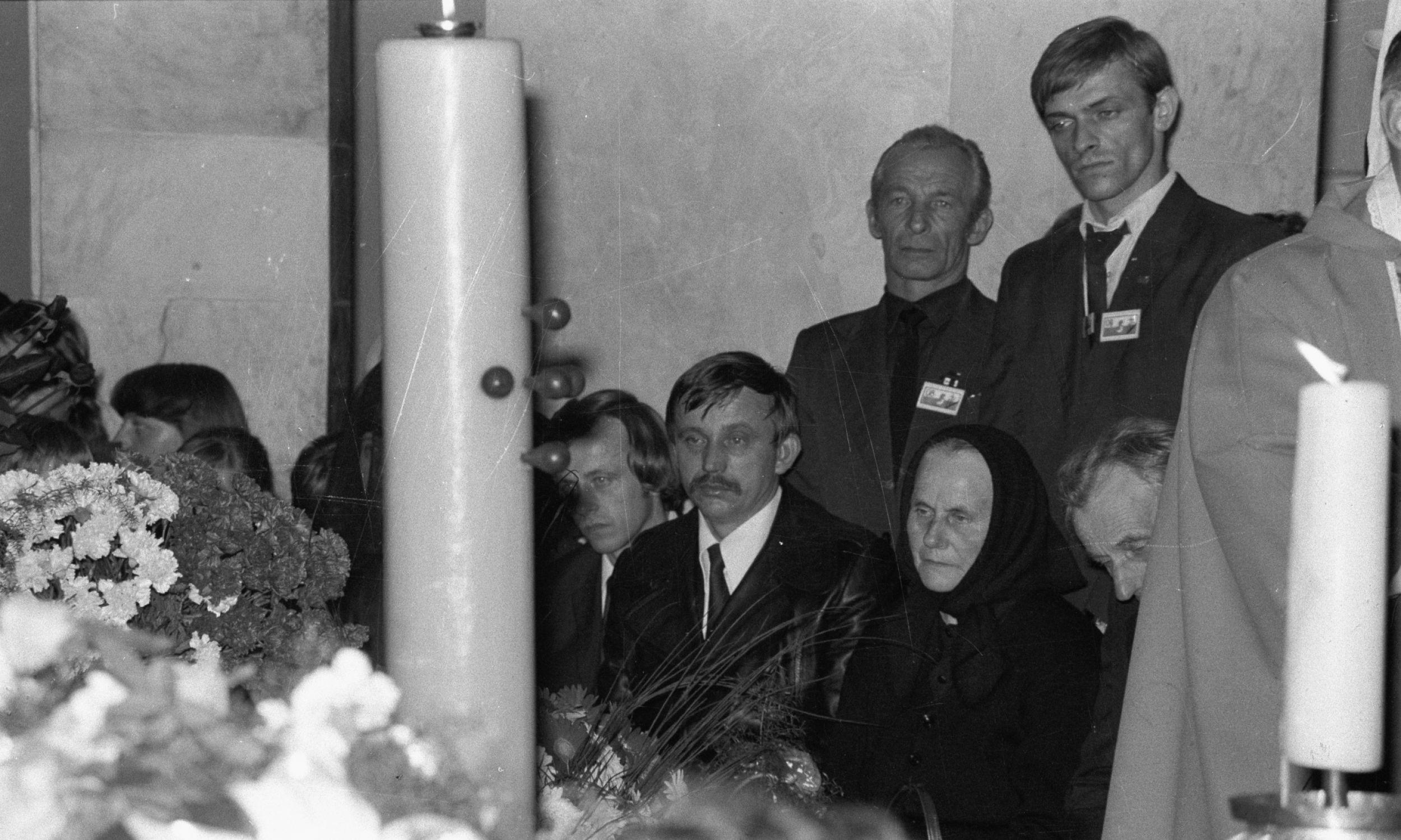 Rodzice, Marianna i Władysław Popiełuszkowie oraz dwaj bracia: Józef (trzeci z lewej) i Stanisław (czwarty z lewej) czuwają przy trumnie ks. Jerzego. Fot. PAP/CAF