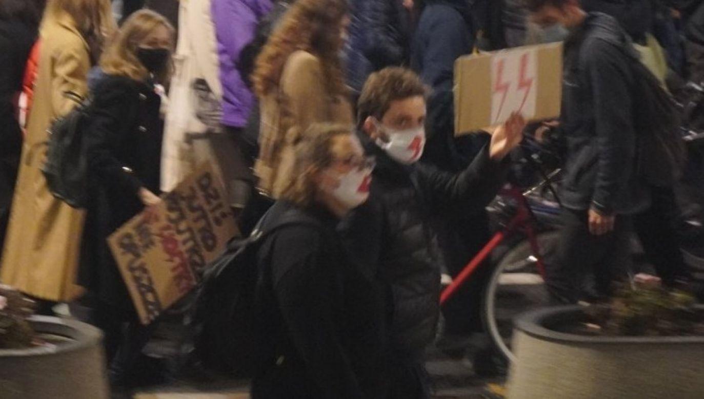 Zdjęcie z manifestacji zwolenników aborcji w Warszawie (fot. Twitter/Bogdan607)
