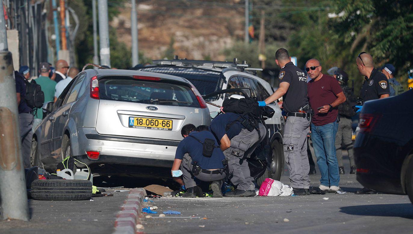 Kierowca został szybko postrzelony i zneutralizowany przez policjanta (fot. PAP/EPA/ATEF SAFADI)