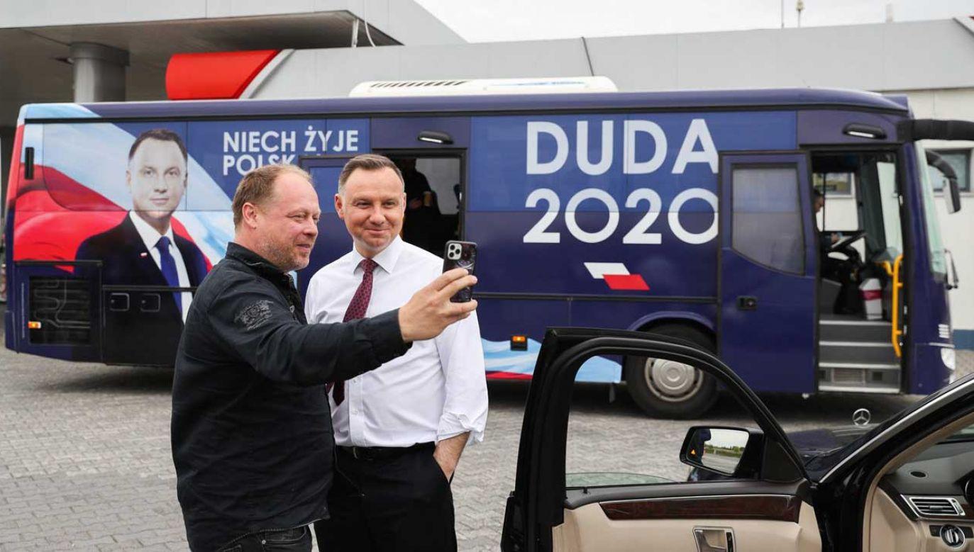 W drodze na Śląsk Dudabus zatrzymał się na stacji, by zrobić przerwę na kawę (fot. Twitter/ AndrzejDuda2020)