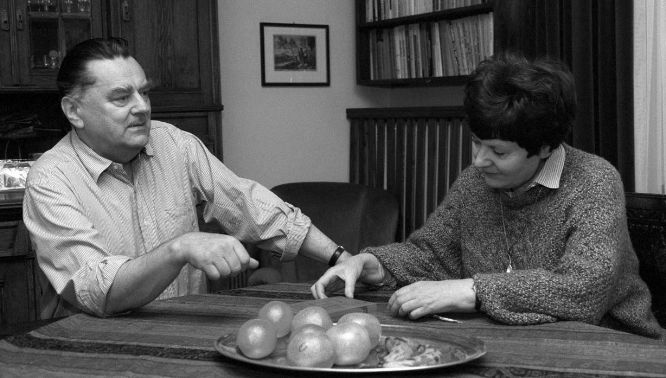 Premier RP Jan Olszewski z żoną Martą w swoim mieszkaniu. Zdjęcie archiwalne, 1991 r. (fot. arch.PAP/ Teodor Walczak)