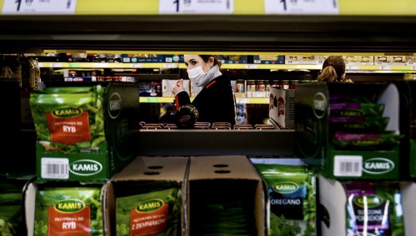 Obostrzenia m.in. ograniczają od 1 kwietnia liczbę osób w sklepach (fot. Omar Marques/Anadolu Agency via Getty Images)