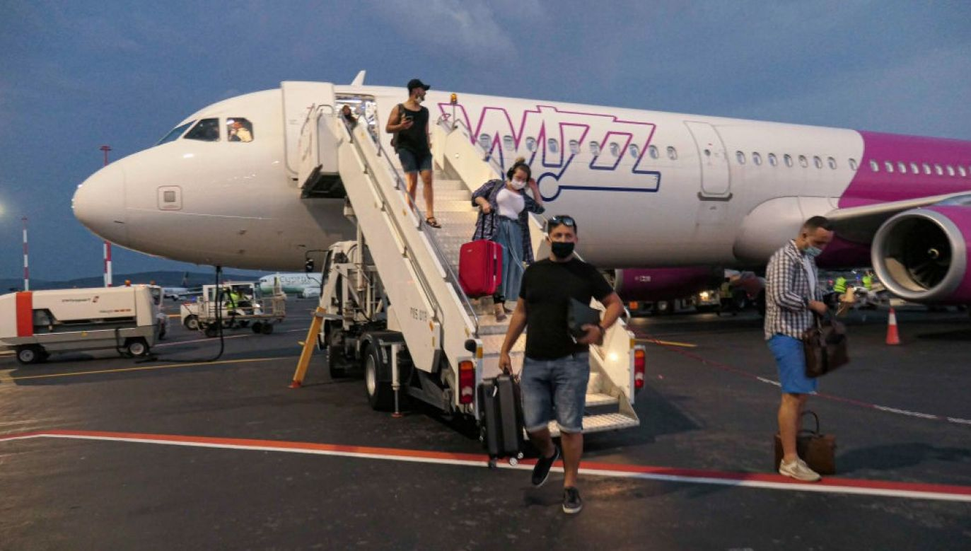 Wizz Air powiadomił o przypadku zakażenia koronawirusem pozostałych pasażerów (fot. Getty Images/NurPhoto/Nicolas Economou/ zdjęcie ilustracyjne)
