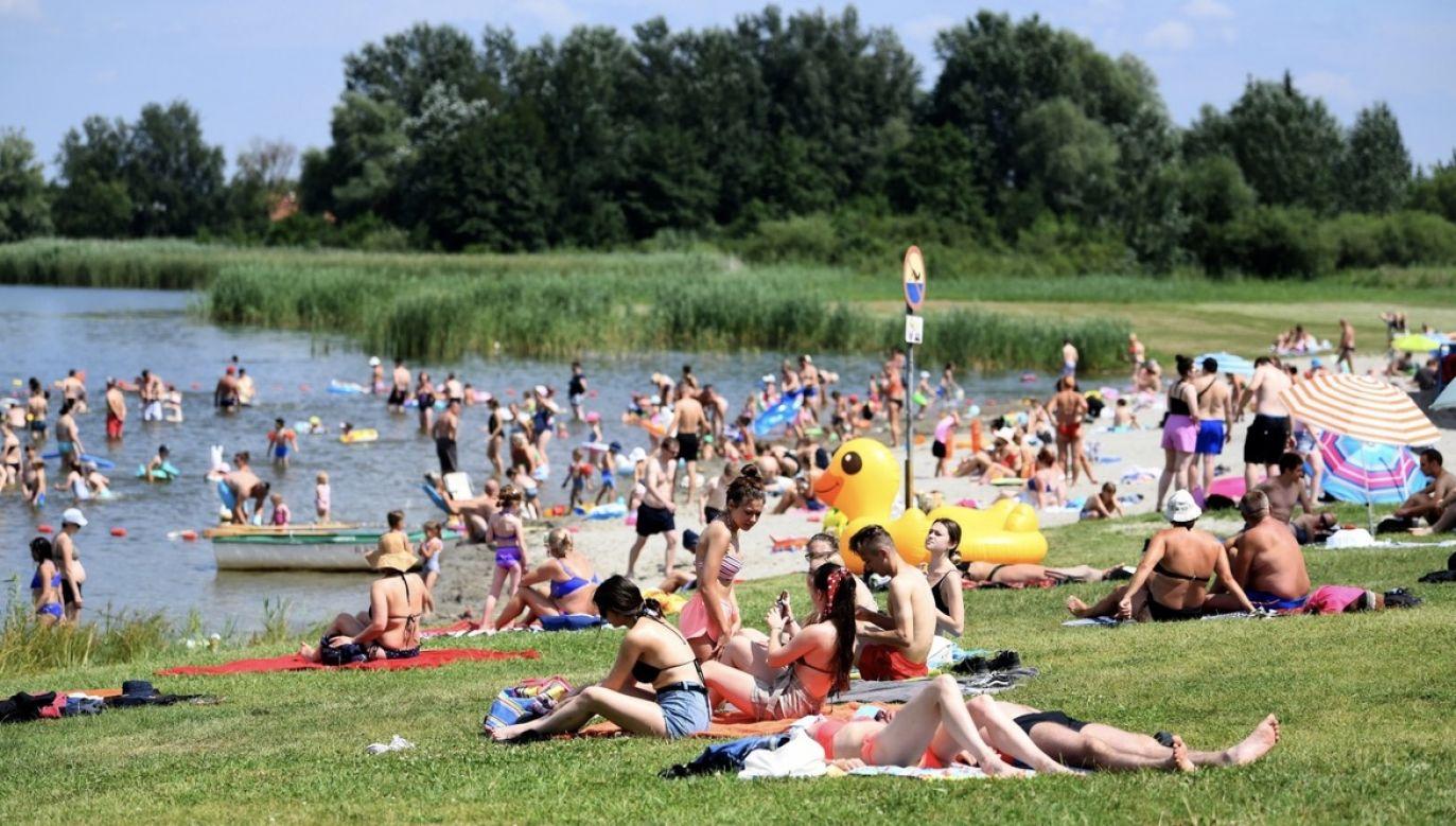 Rządowe Centrum Bezpieczeństwa zaleca, aby w czasie upałów pić dużo niegazowanej wody, nosić nakrycie głowy, lekką i przewiewną odzież, ograniczyć przebywanie w pełnym słońcu i stosować kremy z filtrem UV (fot. PAP/Darek Delmanowicz)