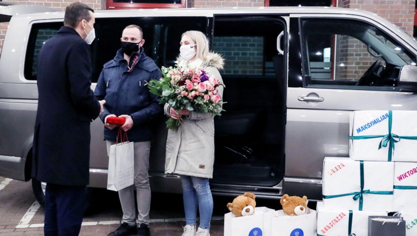 Rodzice pięcioraczków otrzymali od państwa duży samochód rodzinny (fot. Krystian Maj/KPRM)