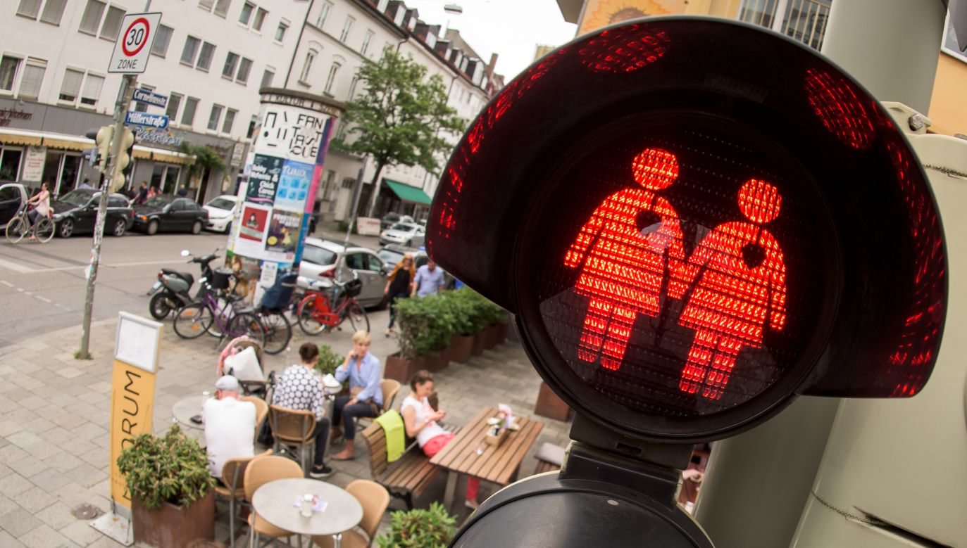 Na czas przejścia parady swój wygląd zmienia m.in. sygnalizacja świetlna (fot. Joerg Koch/Getty Images)