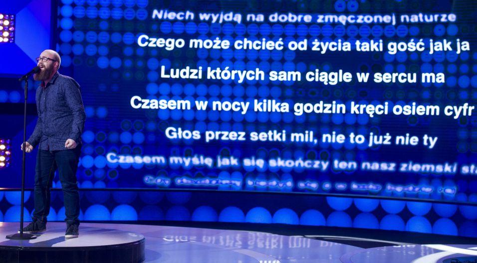 """Jan Popis studiuje musical na Akademii Muzycznej w Gdańsku, a w programie zaśpiewał utwór """"Wypijmy za błędy"""" (fot. TVP)"""