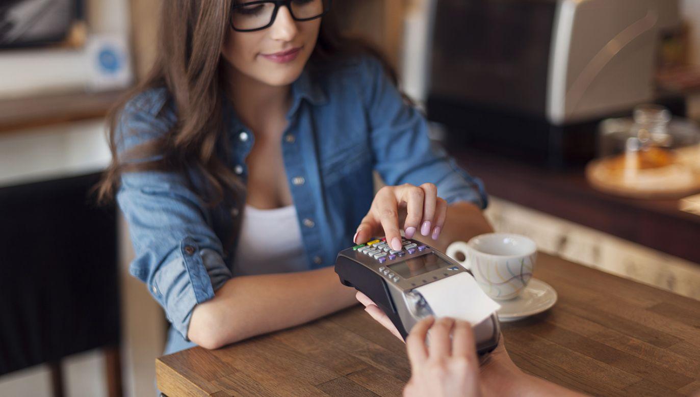 Według nowych przepisów, kod PIN będzie wymagany po przeprowadzeniu pięciu transakcji zbliżeniowych (fot. Shutterstock/gpointstudio)