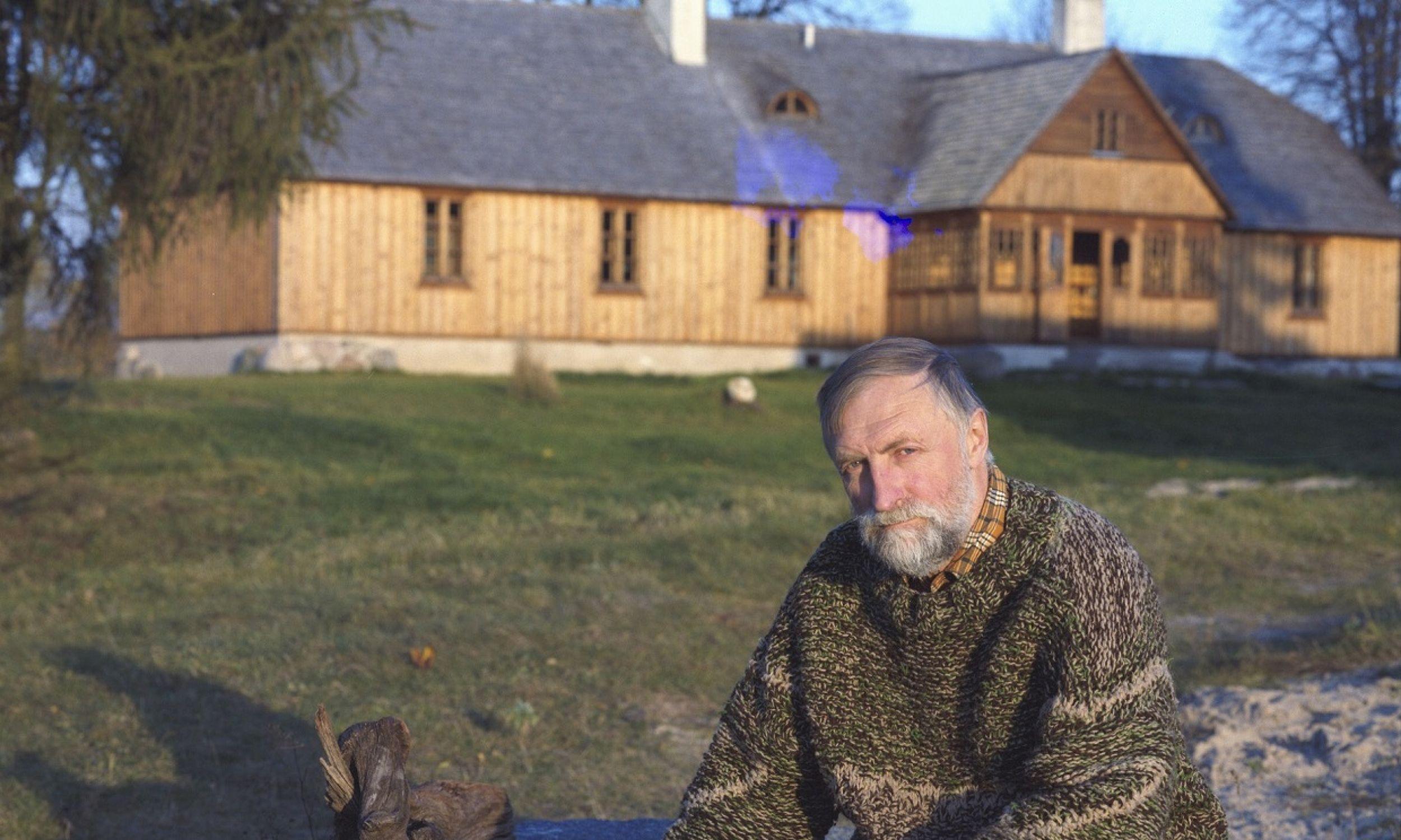 Maćkowa Ruda w październiku 1987. Andrzej Strumiłło w swojej posiadłości nad jeziorem Wigry. Fot. PAP/Wojciech Kryński Tomasz Prażmowski