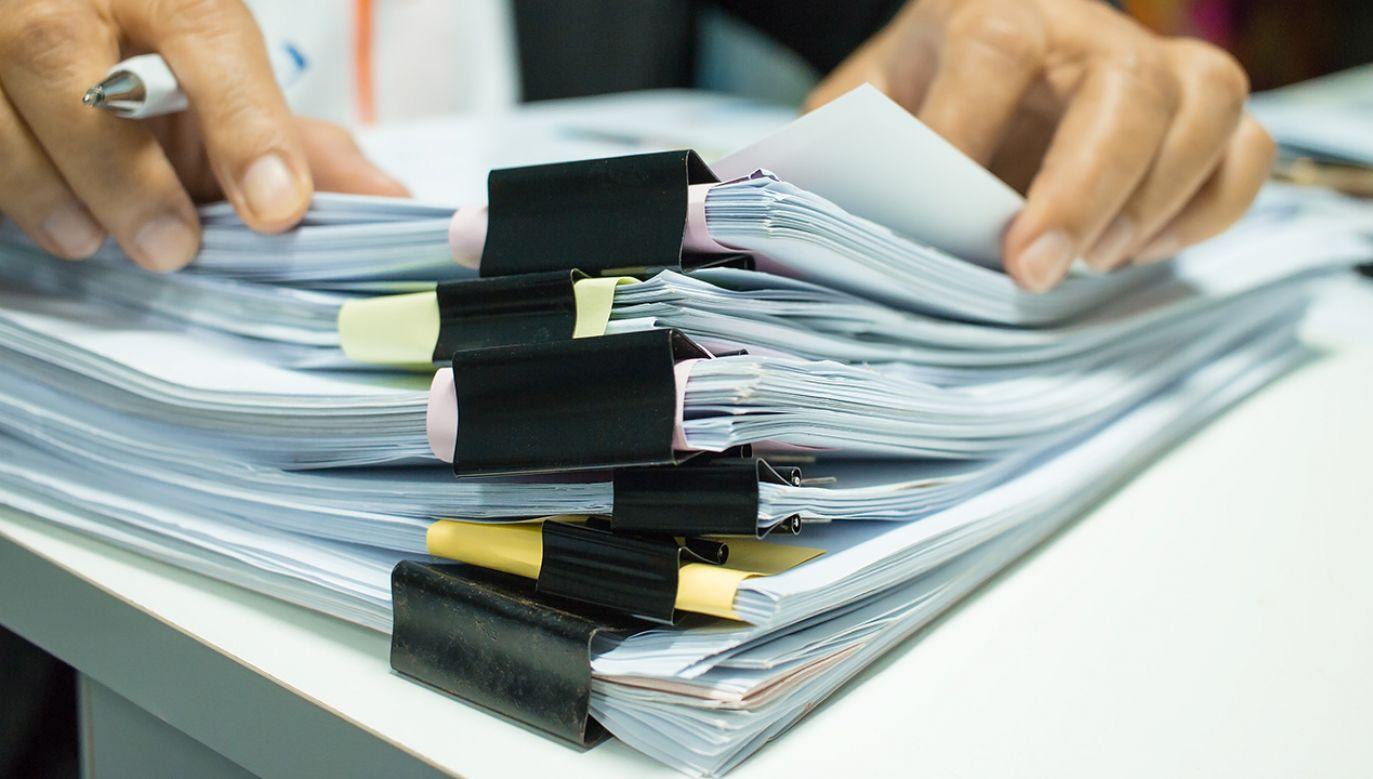 Sejm przedłużył do 31 stycznia 2021 r. okres stosowania papierowych dokumentów dostaw wyrobów akcyzowych (fot. Shutterstock/smolaw)