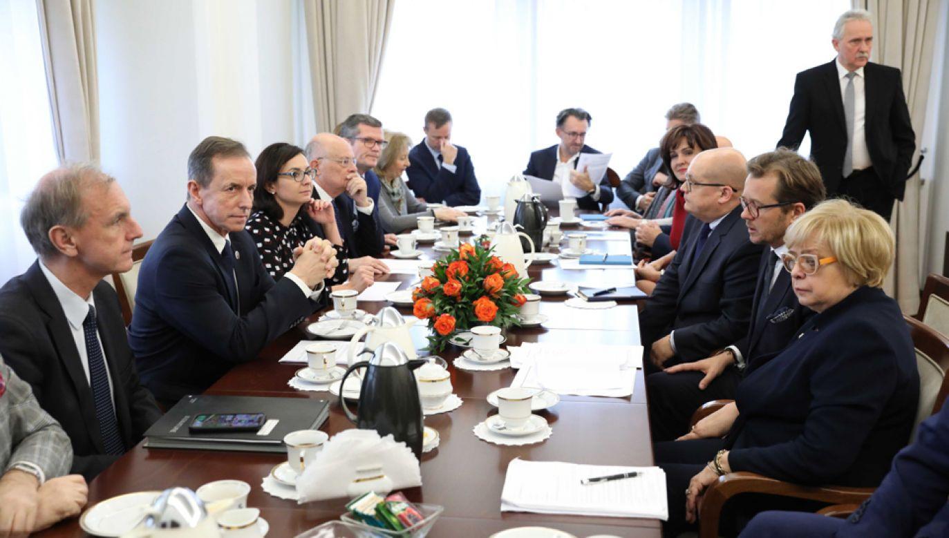 Pierwsza prezes SN Małgorzata Gersdorf (P), marszałek Senatu Tomasz Grodzki (2L) wraz z parlamentarystami (fot. PAP/Leszek Szymański)