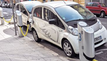 Global E-mobility Forum ma sprzyjać rozwojowi elektromobilności (fot. Shutterstock/Veniamin Kraskov)