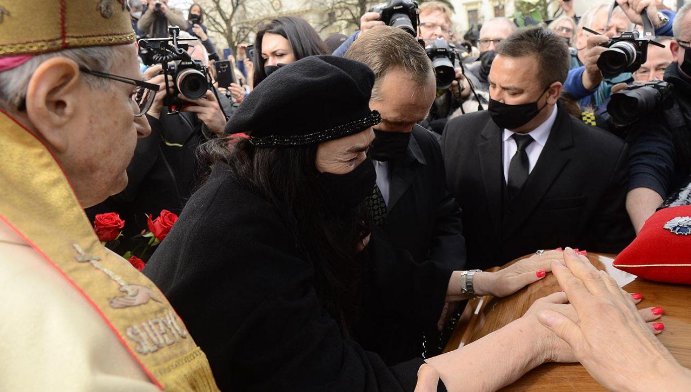 Ewa Krawczyk przy trumnie zmarłego męża (fot. Forum/Radoslaw Nawrocki)