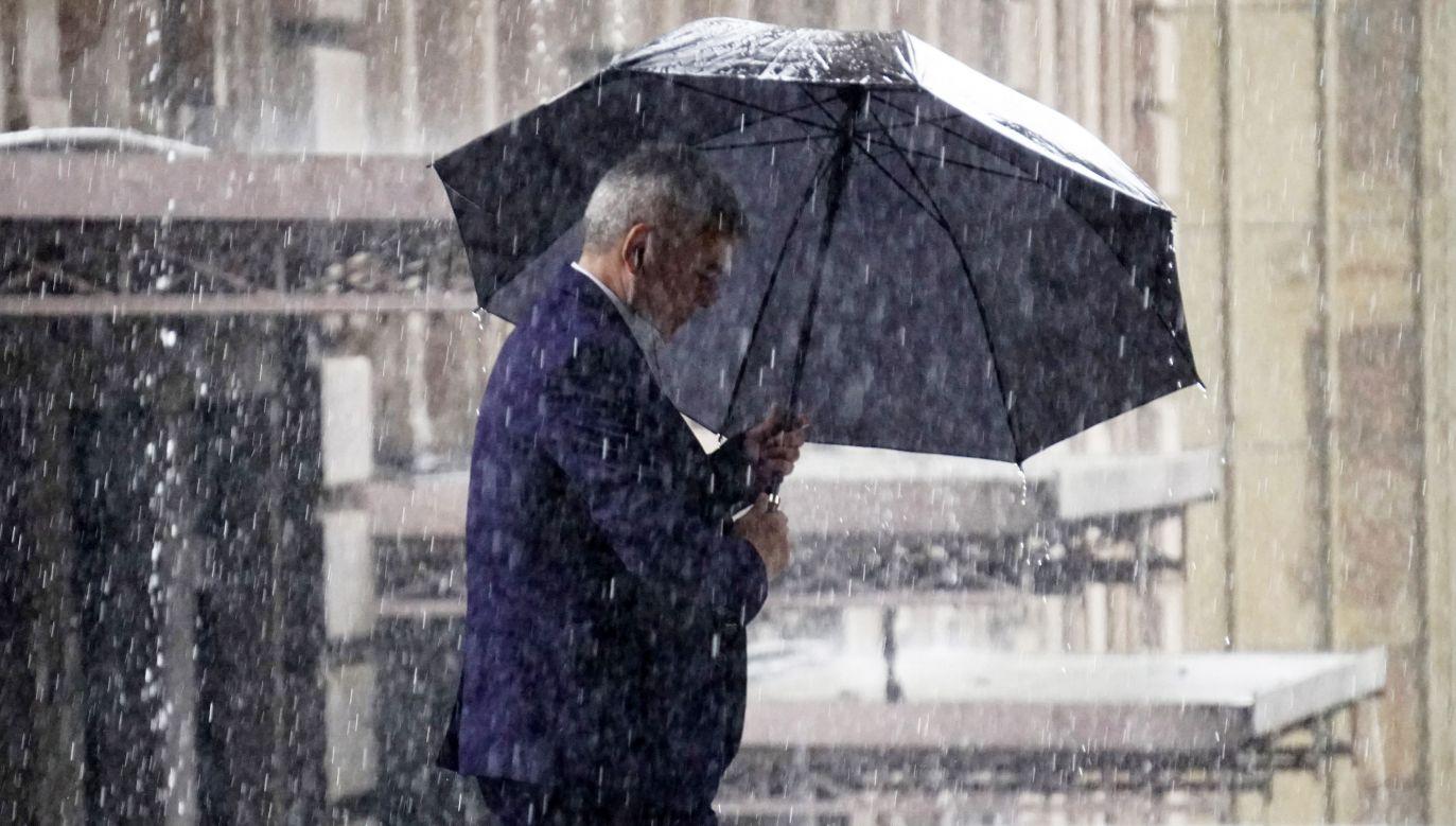 W przypadku burz i opadów gradu RCB zaleca, żeby nie wychodzić z domu (fot. Cris Faga/NurPhoto via Getty Images)