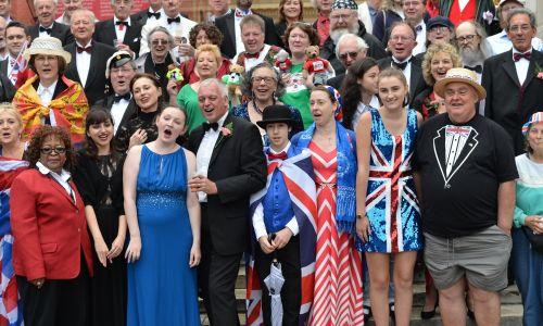 9 września 2017 roku wspólne śpiewanie przed Albert Hall. Fot. Matthew Chattle/Barcroft Media via Getty Images / Barcroft Media via Getty Images
