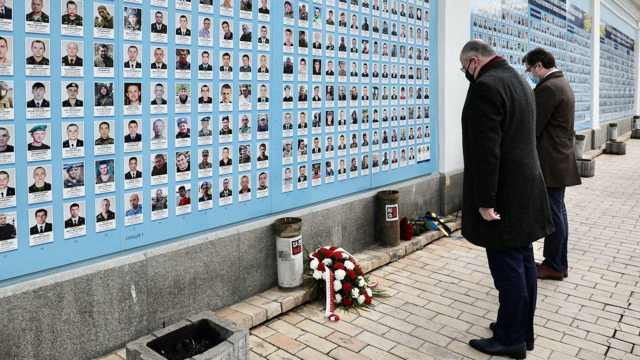 Zbigniew Rau wraz z Dmytrem Kułebą oddali hołd ofiarom rosyjskiej agresji na Ukrainie (fot. tt/@MSZ_RP)