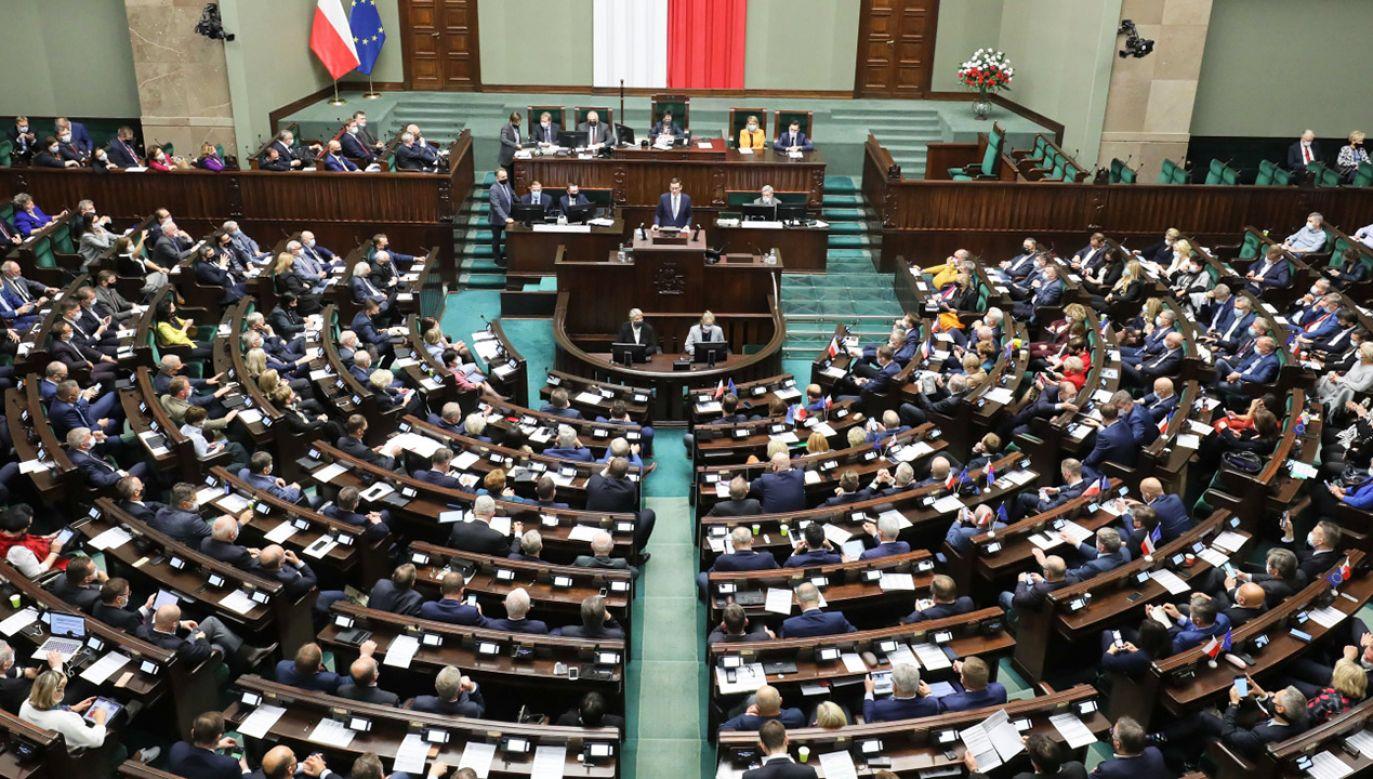 Partia Jarosława Kaczyńskiego niezmiennie liderem (fot. PAP/Paweł Supernak)