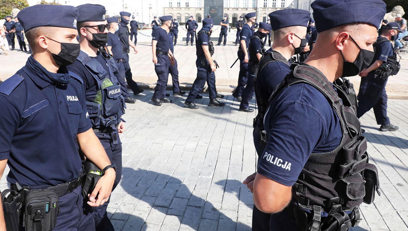 W samej Policji awans otrzyma więc około 64 tys. funkcjonariuszy (fot. PAP/Tomasz Gzell)