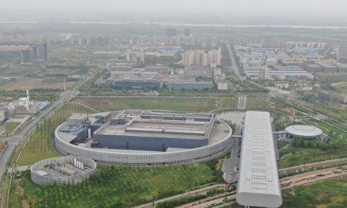 Pod koniec lat 90 20 firm produkowało czipy z tranzystorami w rozmiarze 180 nanometrów. Dzisiaj ten rozmiar skurczył się do pięciu nm, a liczba przedsiębiorstw zdolnych do ich wytworzenia ograniczyła się do dwóch: Taiwan Semiconductor Manufacturing Company (TSMC – po prostu: Tajwańska Firma Produkująca Półprzewodniki) i koreańskiego Samsunga. Na zdjęciu: widok z lotu ptaka zakładu TSMC w Nankinie, w prowincji Jiangsu w Chinach. 5 maja 2021 r. Fot. Xie Bai/VCG via Getty Images)
