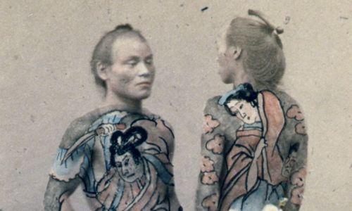 Tatuaż był poważany w Azji i na Bliskim Wschodzie. W 1862 r. książę Walii, późniejszy król Edward VII podczas wycieczki po Egipcie wytuatował sobie w Kairze krzyż jerozolimski, symbol pielgrzymów do Ziemi Świętej. W 1881 r. wysłał synów do Japonii do mistrza tatuażu Hori Chiyo. Japońska sztuka irezumi pokrywała tatuażem ciało jak garnitur lub rękaw. Na zdjęciu znanego fotografa Felice Beato japoński bettoes (stajenny), koniec XIX w. Fot. Universal History Archive/Universal Group via Getty Images