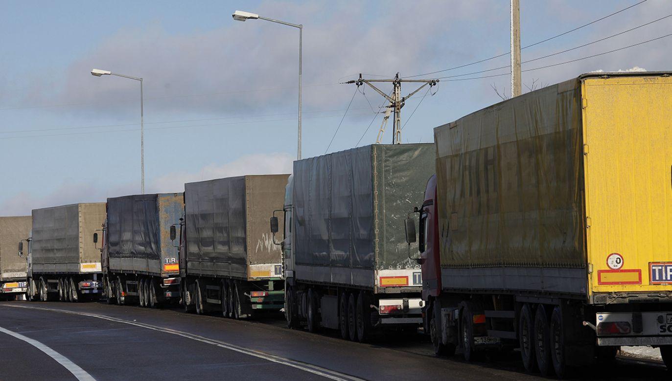 Zdaniem straży granicznej powodem kolejek jest wzmożony ruch weekendowy (fot. PAP/Artur Reszko)