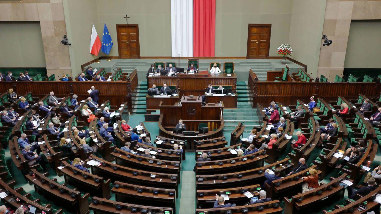 Sondaż.  Posłowie na sali obrad Sejmu (fot. PAP/Mateusz Marek)