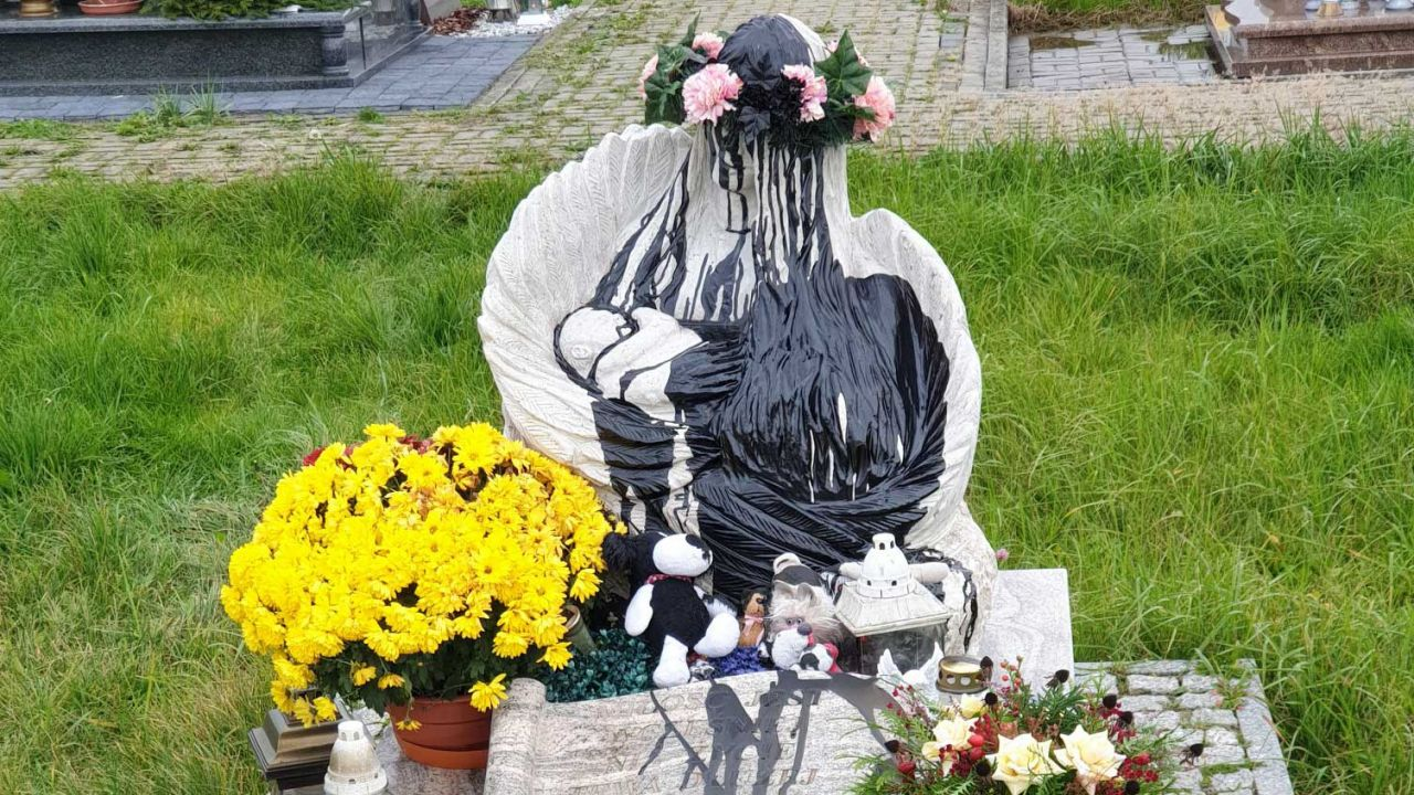Znajdujący się na cmentarzu pomnik oblano czarną farbą (fot. Facebook/Grzegorz Sikorski)