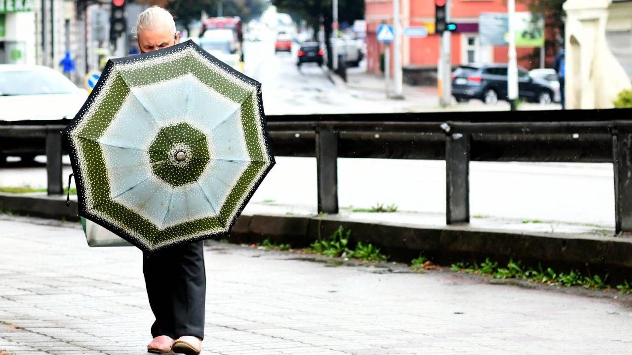 We wtorek przydadzą się parasole (fot. PAP/Darek Delmanowicz)