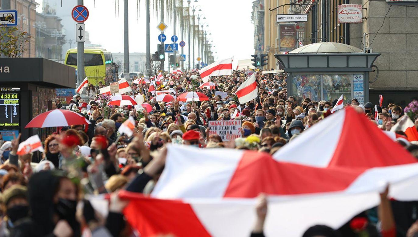 """Szefowa Związku Polaków na Białorusi przyznała, że """"nikt nie spodziewał się, że naród białoruski okaże taką solidarność i determinację w walce o swoje prawa"""", nie zważając na brutalne pobicia i zatrzymania (fot. Stringer\TASS via Getty Images))"""
